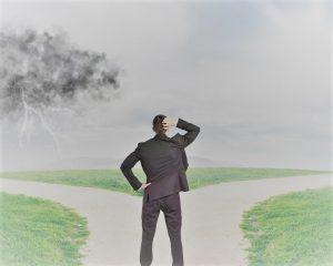 Uomo d'affari deve aumentare la soddisfazione dei clienti